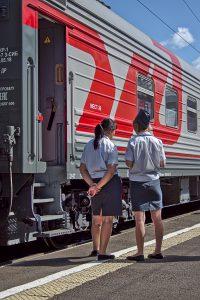 4 Wochen mit Transsibirischen eisenbahn Zug am Bahnhof mit Schaffnerinnen