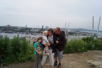 Familie mit 2 Kindern vor Skyline wladiwostock