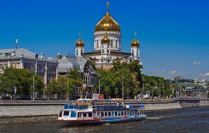 Schiff auf der Moskva vor der Erlöserkirche Moskau Reisemit Kindern ind er Transsibirischen Eisenbahn