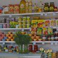 Ein kleiner Laden auf einem Bahnhof mit breiter Auswahl an Instantprodukten Transsib
