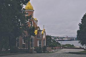 Wladiwostock Blick auf den Hafen mit orthodoxer Kirche