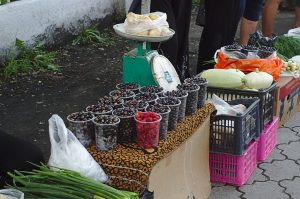 Ein kleiner Obst und Gemüsemarkt vor einem Bahnhof transsib