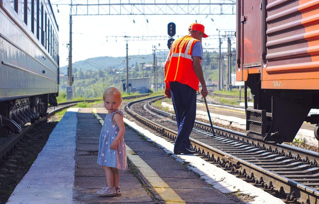 Bild des Sommers 2018 Kind auf Bahnsteig, Bahnarbeiter Fotoparade