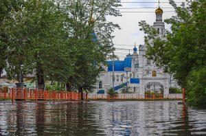 Ulan -Ude Strasse unter Wasser nach Regen orthodoxe Kirche im Hintergrund