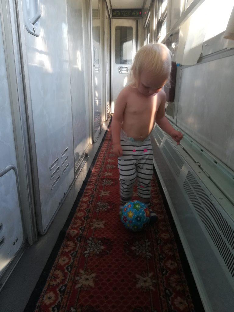 ballspielen im zug auf der reise mit der transsibirischen eisenbahn