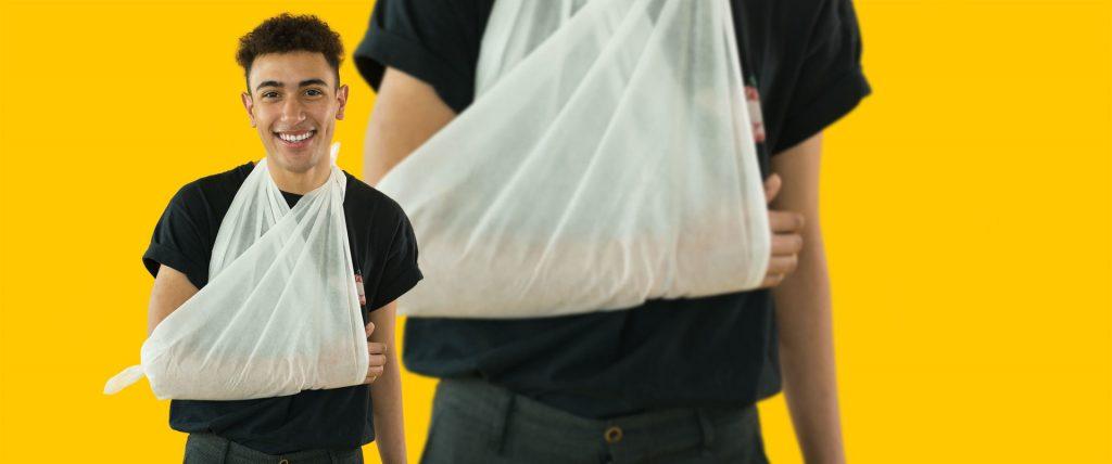 M-a-u-s Erste Hilfe Tag Mann mit Arm in Dreieckstuch