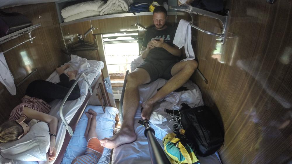 Transsibirischen Eisenbahn viererabteil Mann auf Bett