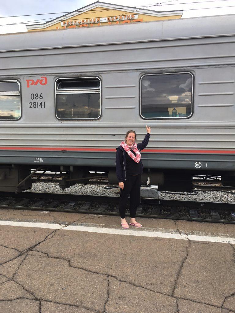 Frau vor Transsibirischem Eisenbahnwaggon