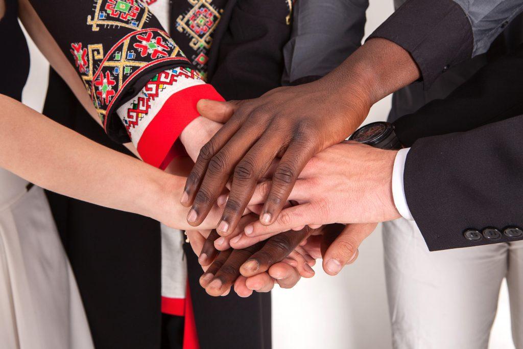 #bloggergegenrassismus Hände verschiedener Menschen