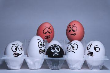 #bloggergegenrassismus Eier in verschiedenen Farben und mit verschiedenen Gesichtern