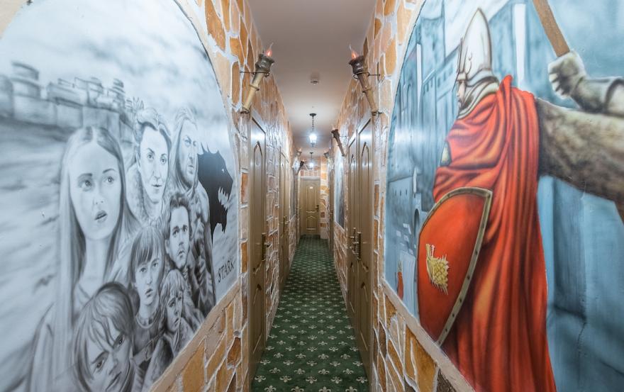 Winterfell Hostel Bilder an der Wand im Gang