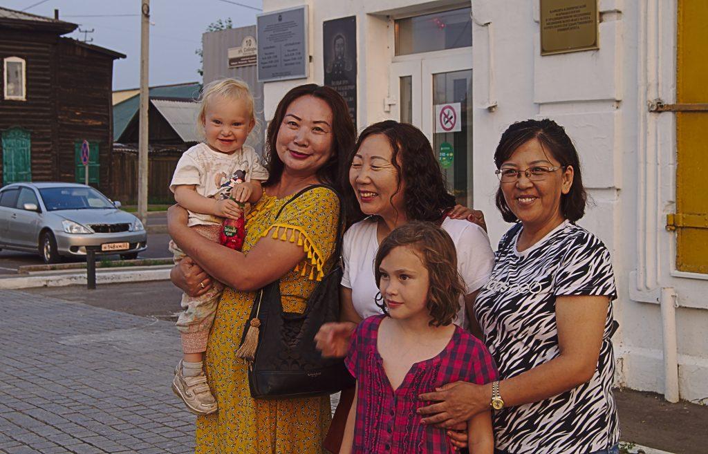ulan ude, asisitische gruppe frauen die unbedingt bildermit den blonden kindern wollen