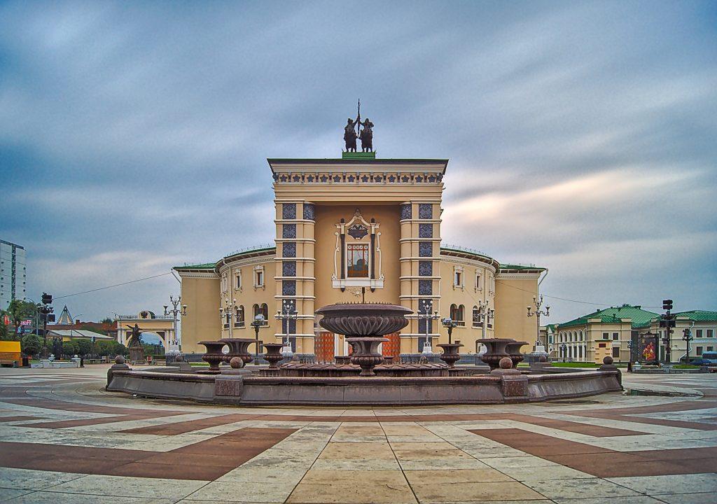 Opernhaus in Ulan-Ude mit Springbrunnen