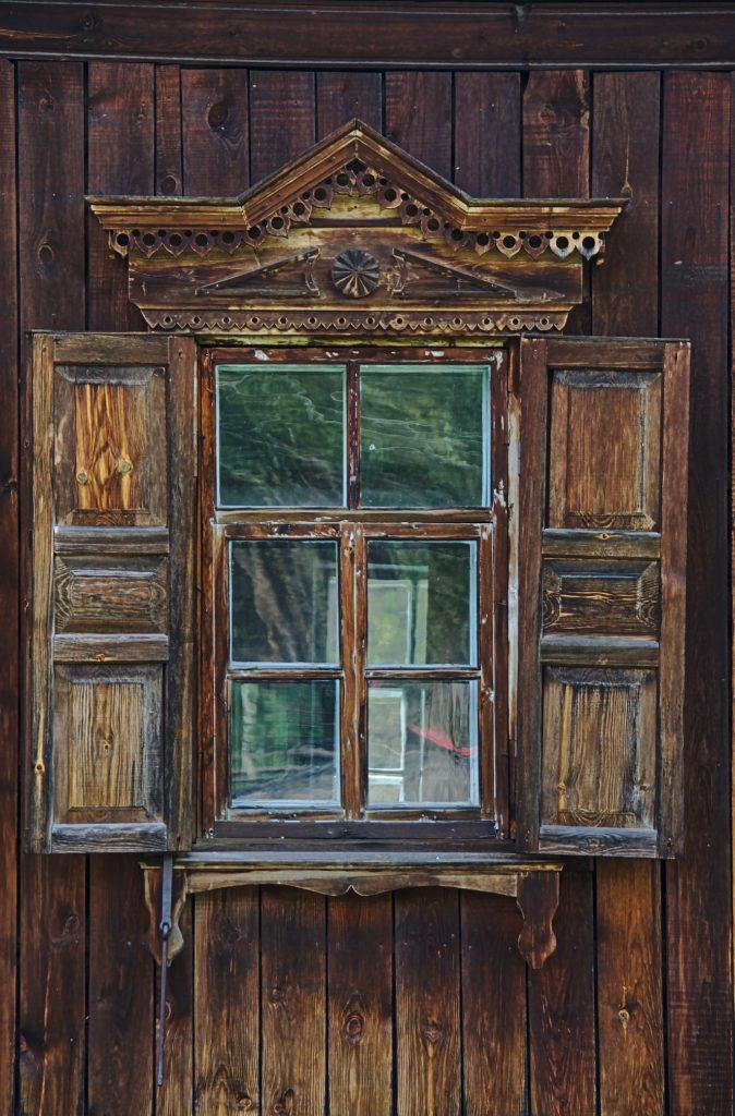 Fensetr eines alten Holzhauses i Museum Ulan-Ude