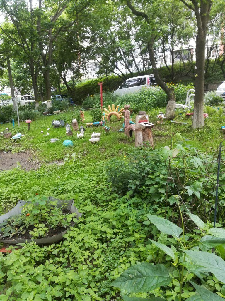 Garten um Plattenbauten Wladiwostok