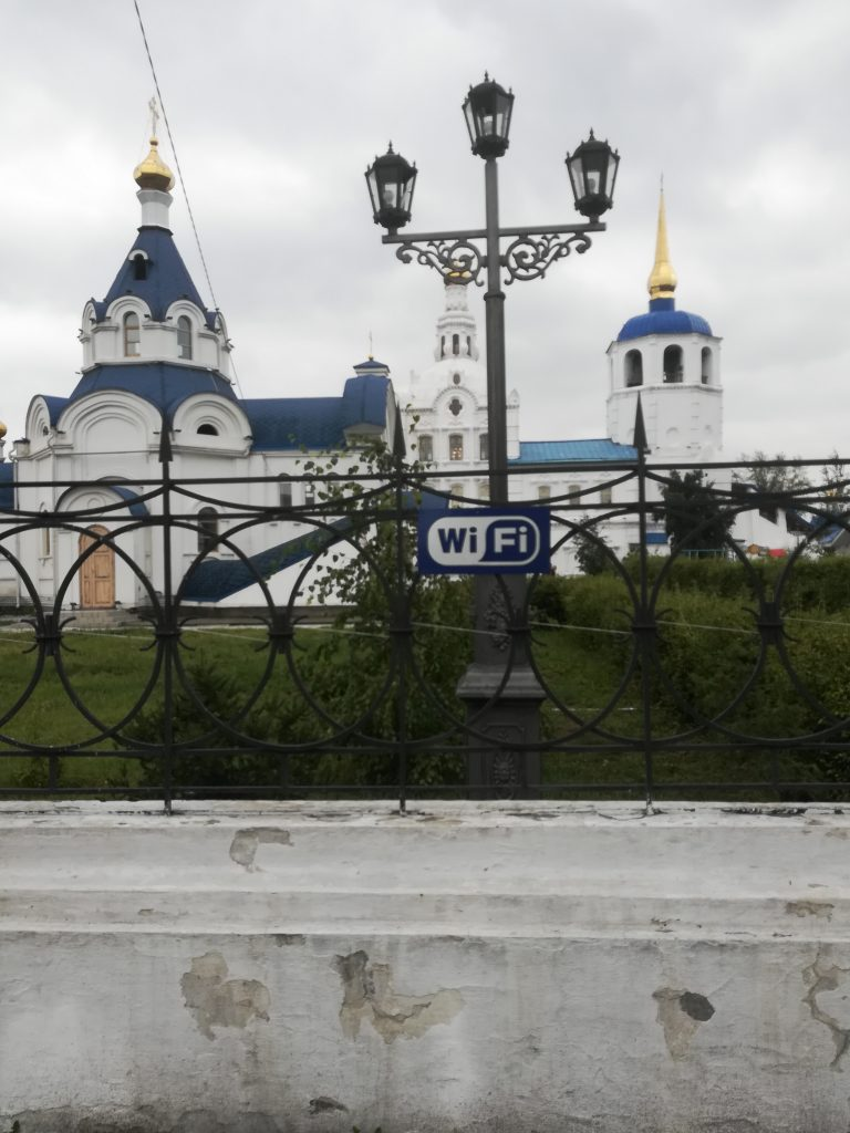 Wifi schild am zaun der Kathedrale in Ulan-Ude