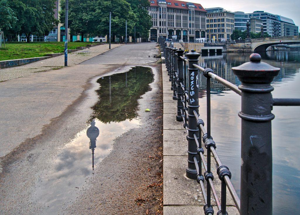 BErlin spiegelung Fernsehturm in Pfütze Reiseziele 2019