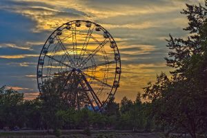 Riesenrad in Irkutsk im Sonnenuntergang