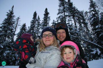 Familie im Winterwald Kanada zurück nach deutschland