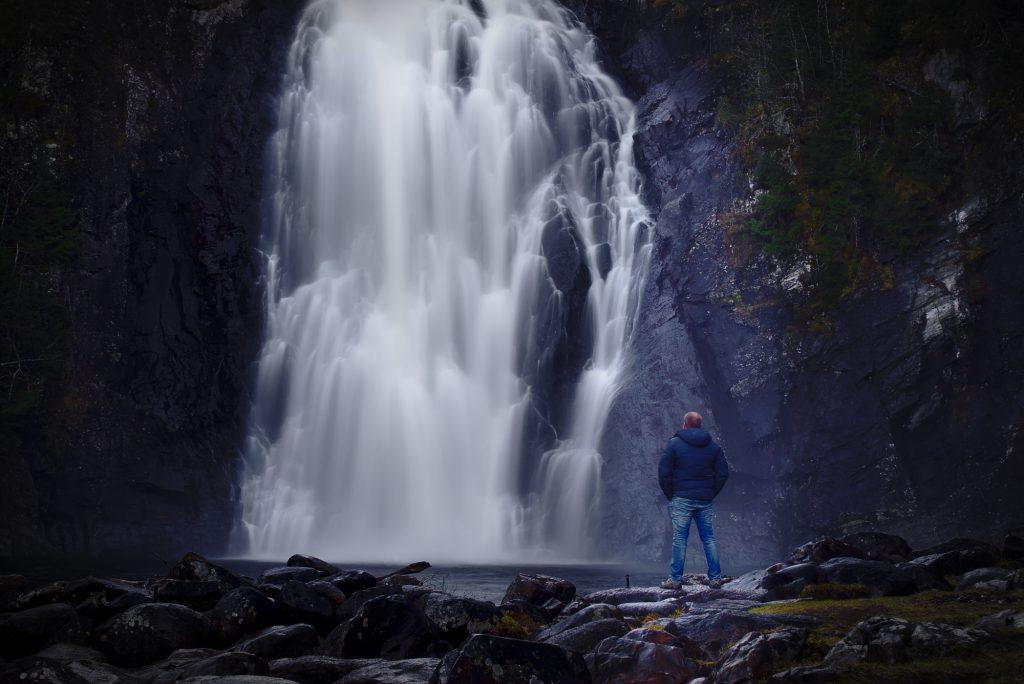 Storfossen(Wasserfall) Hommelvik Norwegen mit Mann davor