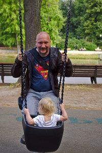 Vater mit Kind beim Schaukeln, Gorki Park Moskau
