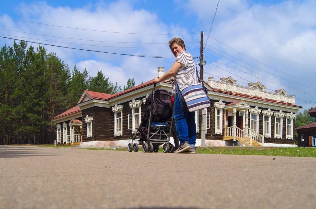 Frau mit Kidnerwagen im Freilichtmuseum Ulan-Ude