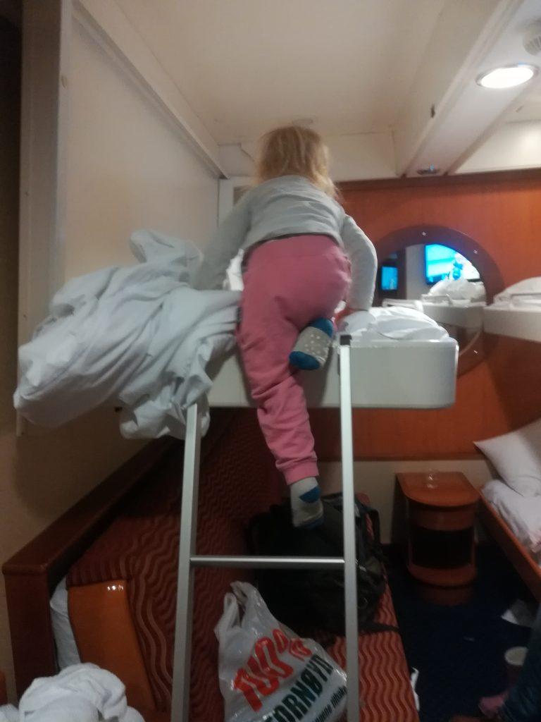 Klettendes Kind in Bett Colorline zurück nach Deutschland