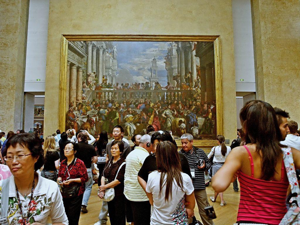 Viele Leute im Louvre