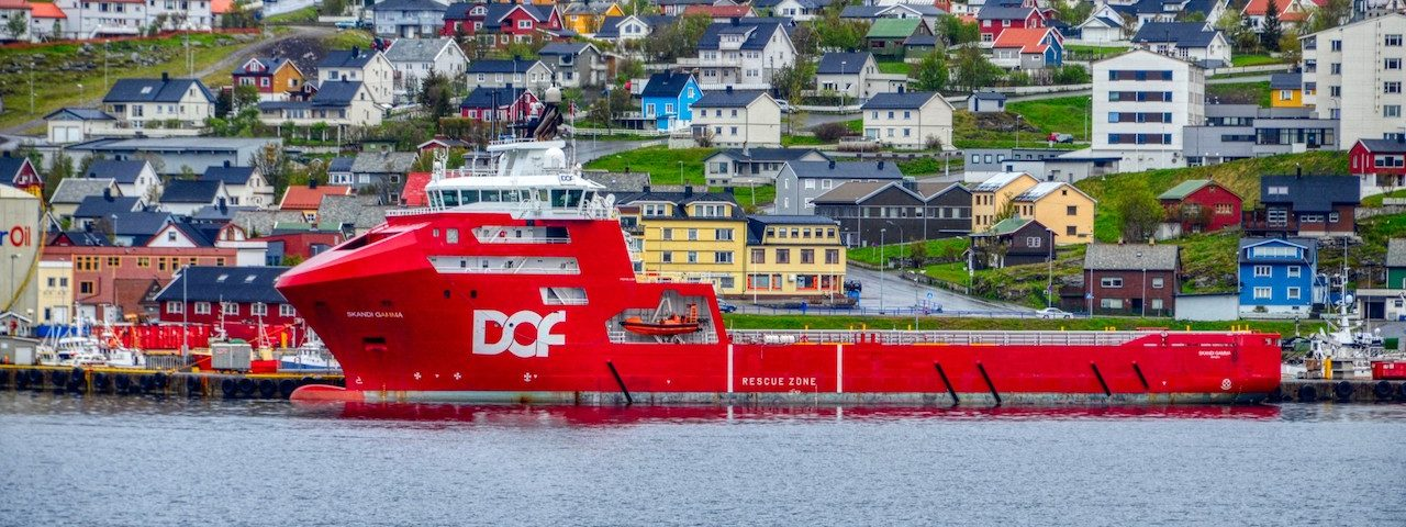 Aussicht über Hammerfest von Seeseite mit Schiff