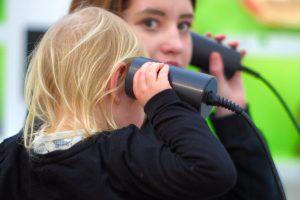 Kinder beim hören Hygiene Museum Dresden