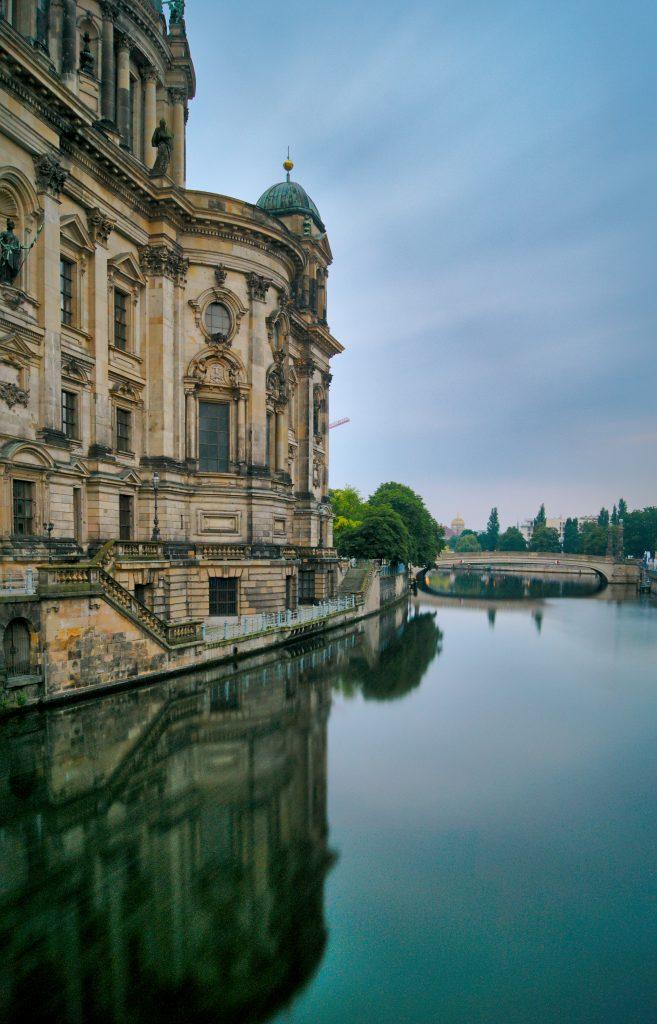 Berliner Dom mit Spiegelung im Wasser
