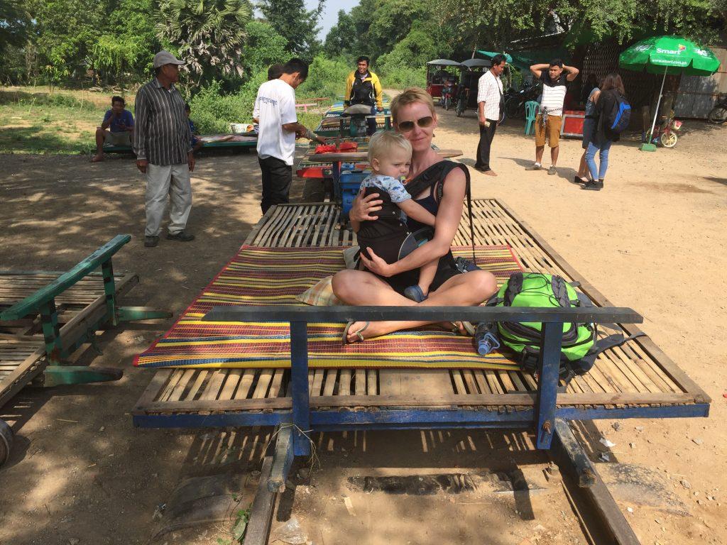 wie Buddha im gegenwind Gabriela Urabn und Kind auf Bambo train Kambodscha
