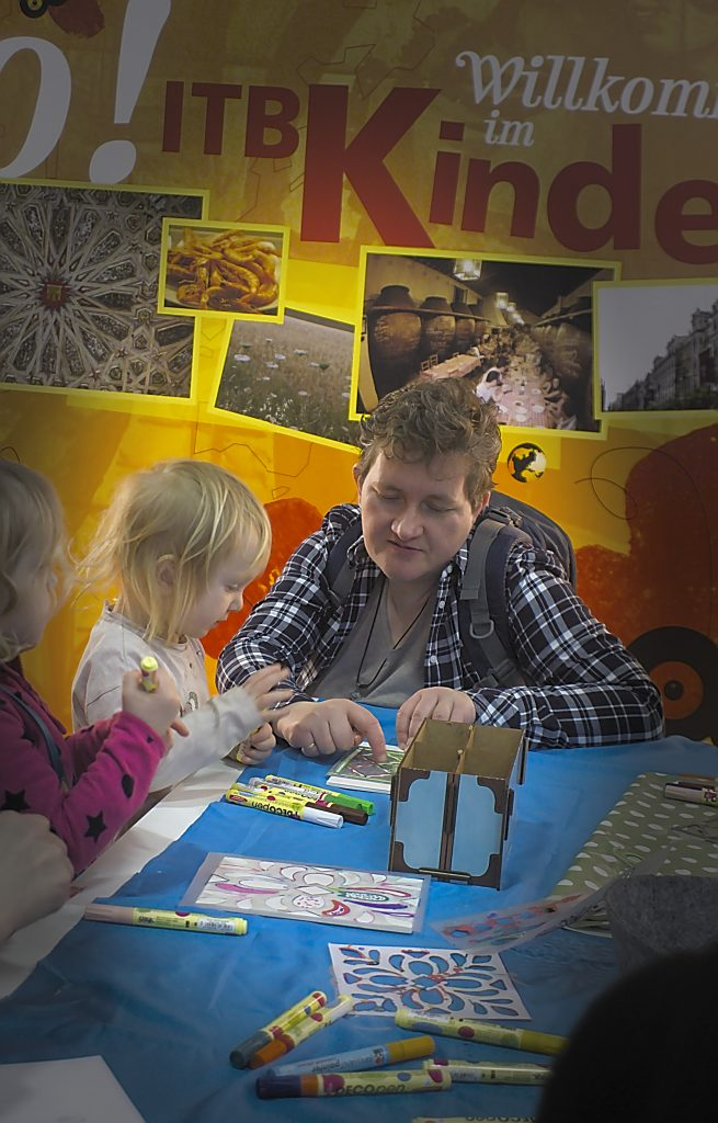 Nordafrikanische Kacheln bemalen im Kinderland  ITB Berlin