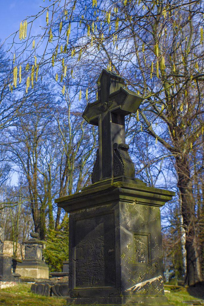 Nikolaifriedhog Görlitz Frühlingsfoto Kreuz grab