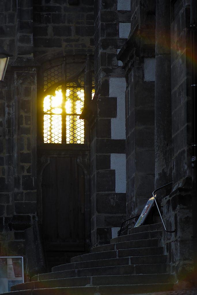 Untergehende Sonne scheint durch Kirche