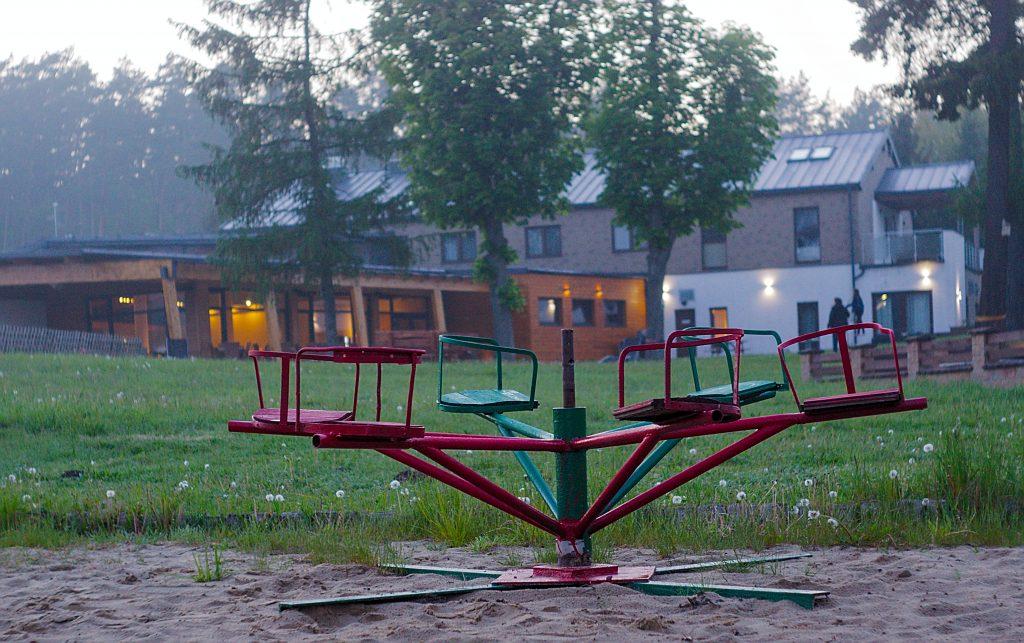 Kinderkarussell Spielplatz am See pestkownica polen