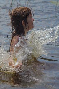 Kind im See beim Baden Pestkownica Polen