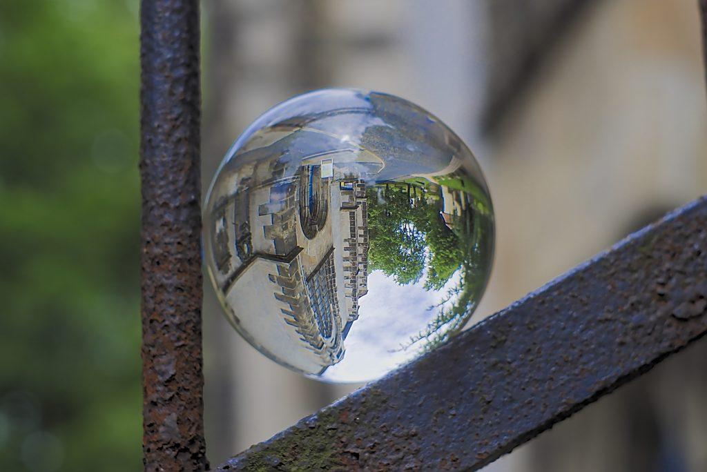 Glaskugelfotografie Kugel im Zaun Kirche in der Kugel