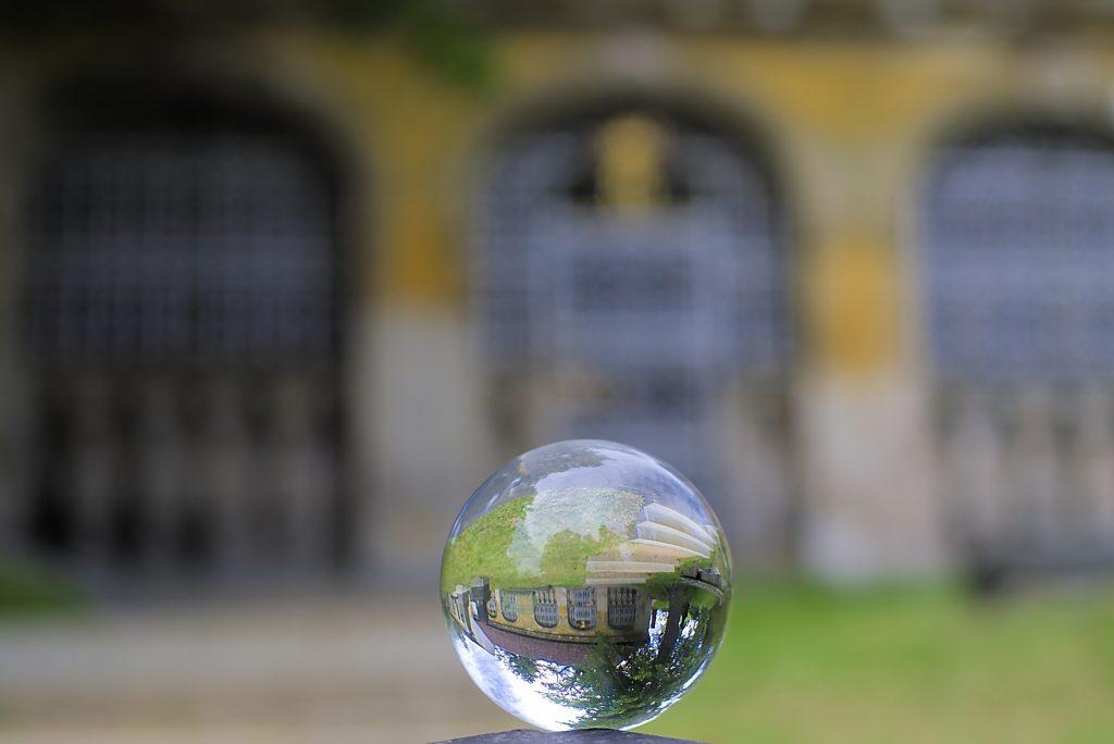 Glaskugel Fotografie Kugel vor Kirche