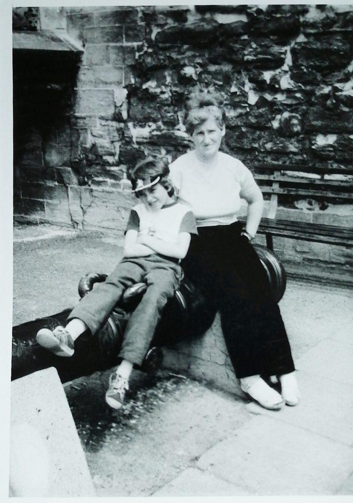 Reiseerfahrungen in der Kindheit Frau mit Kind auf Kanone in deiner Burg