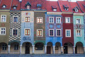 Bunte Häuser am Marktplatz in Poznan Interrail durch Polen