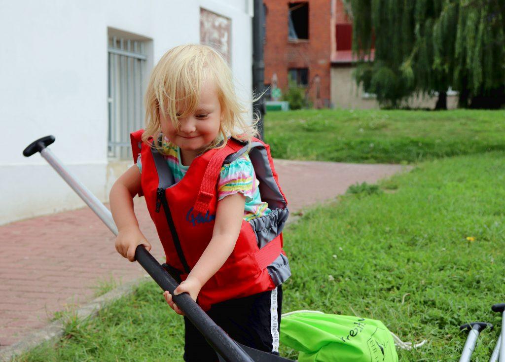 Kind mit Paddel Freizeitspion Havelberg