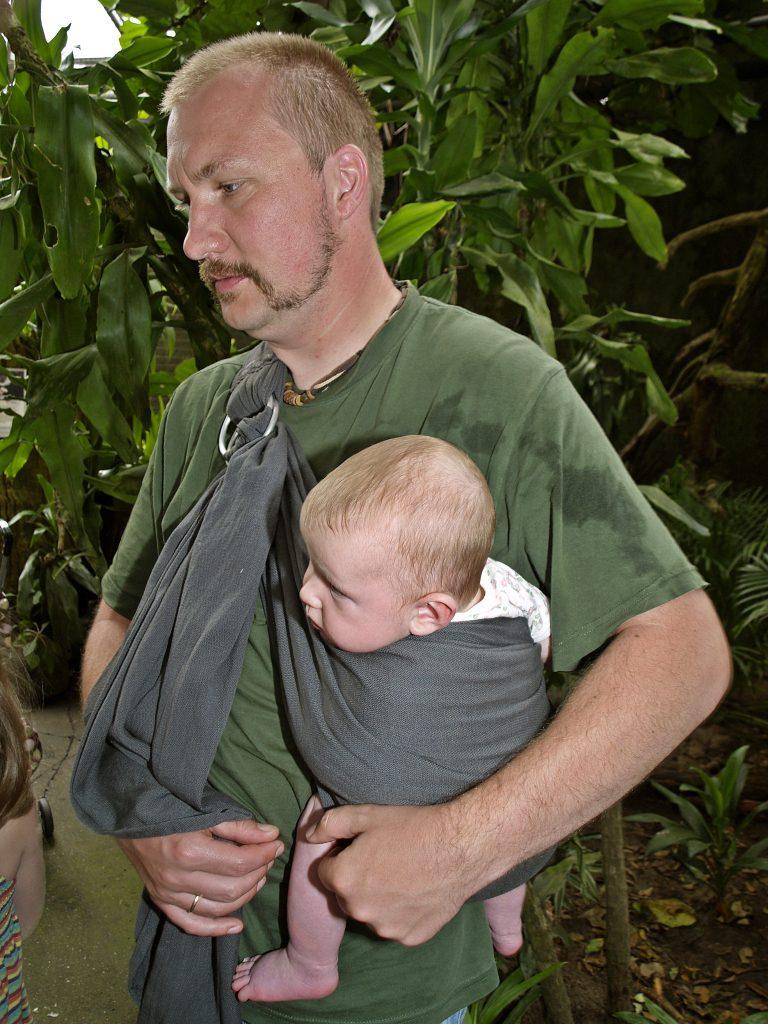 Baby im Sling bei Papa Urlaub mit Baby