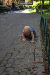 Bologna erkunen krabbelndes Baby auf Reise