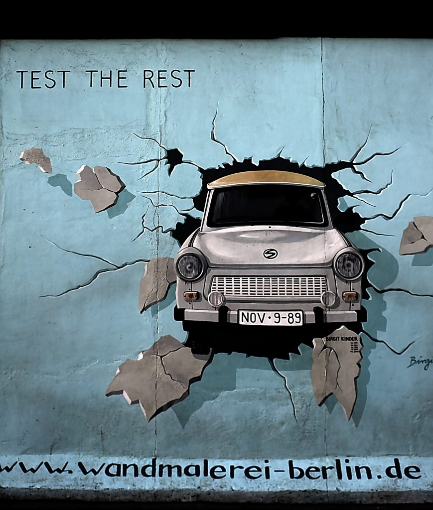 East side gallery Trabant durch die Mauer