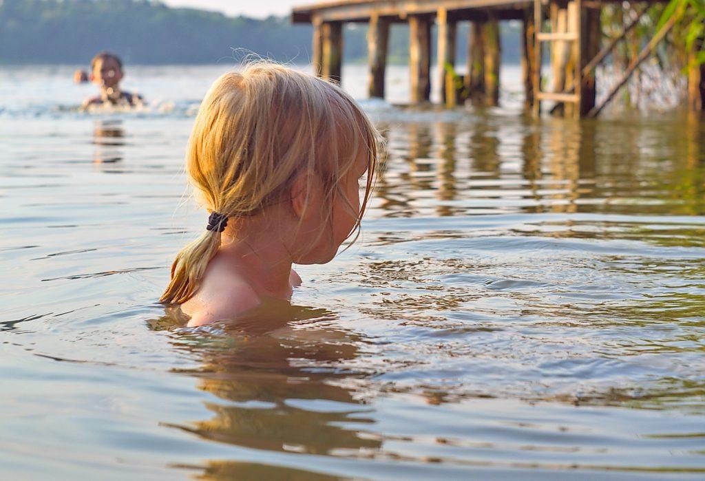 Stiernsee, Gerswalde kind im Wasser,Uckermark,Steg