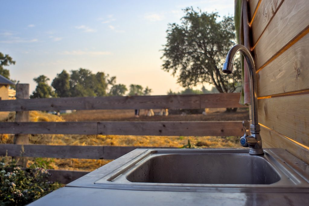 Waschgelegenheit am Bauwagen, Blickauf Pferdekoppel,LiesjeTrecking
