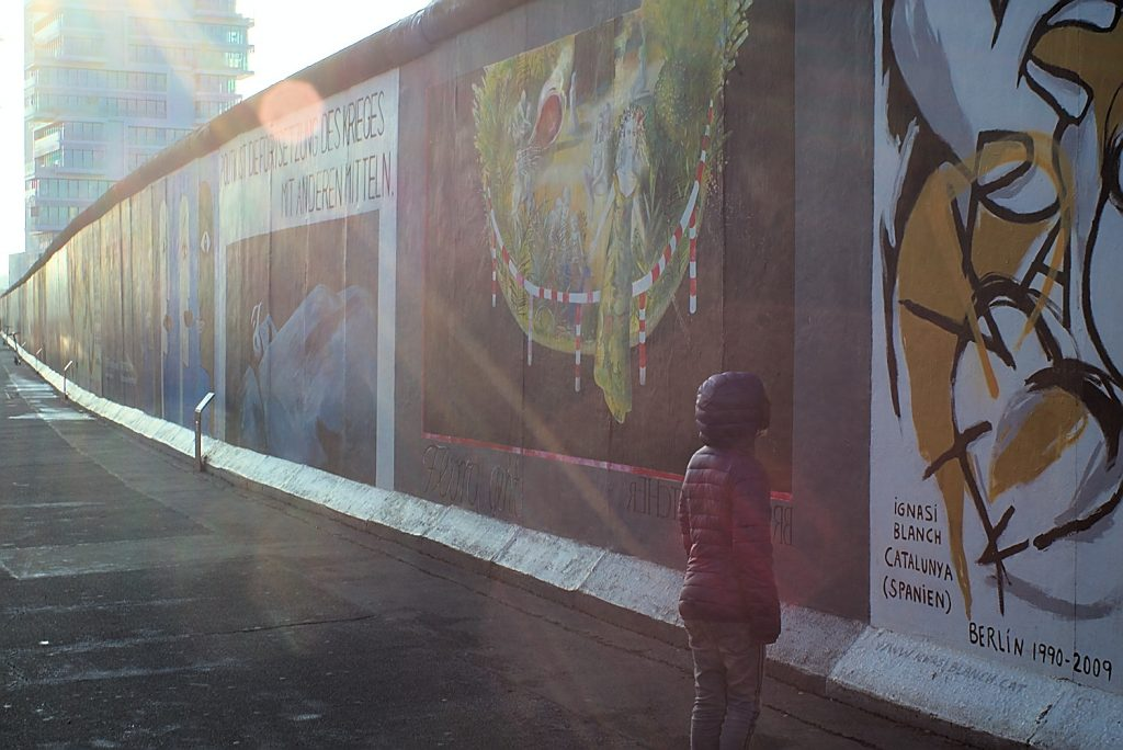 Kind vor East Side Galerie Berlin Grenzen