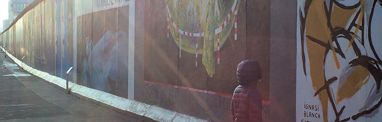 Kind vor East Side Galerie Berlin