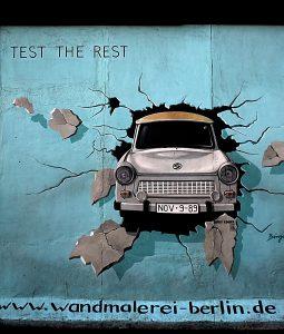 Trabi East side galerie Berlin Grenzerfahrungen
